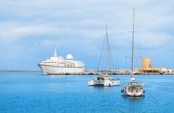 Kryssningskepp och yacht i fjärden av Mandraki Rhodes Grekland Royaltyfri Bild