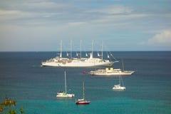 Kryssningskepp och yachter som besöker den karibiska ön av bequia Royaltyfria Bilder