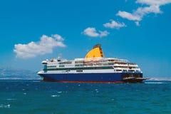 Kryssningskepp på den Mykonos ön Fotografering för Bildbyråer