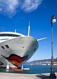 Kryssningskepp på den Trieste hamnen Royaltyfria Foton