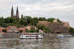 Kryssningskepp på den Vltava floden under Prague Vysehrad Arkivbilder