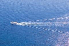 Kryssningskepp på det härliga blåa havet Royaltyfri Fotografi