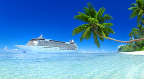 Kryssningskepp på en tropisk strand Arkivfoto