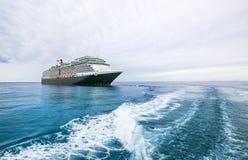 Kryssningskepp på ett blått hav i Bahamas under molniga himlar Royaltyfri Fotografi