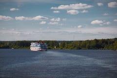 Kryssningskepp på floden royaltyfri foto
