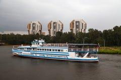 Kryssningskepp på floden royaltyfri fotografi