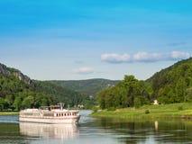 Kryssningskepp på floden Elbe royaltyfria bilder