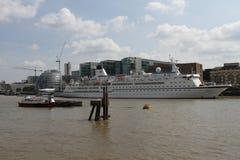 Kryssningskepp på flodThemsen London Royaltyfri Fotografi