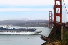 Kryssningskepp på Golden Gate Royaltyfri Bild