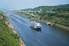 Kryssningskepp på Gyeongin Ara Waterway royaltyfri fotografi