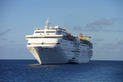 Kryssningskepp på havet Royaltyfria Bilder