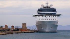 Kryssningskepp på hytten i hamnstaden av Rhodes Greece stock video
