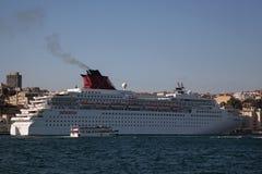 Kryssningskepp på Istanbul Royaltyfri Fotografi