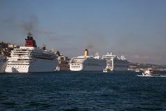 Kryssningskepp på Istanbul Fotografering för Bildbyråer