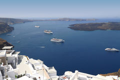 Kryssningskepp på medelhavet i Santorini royaltyfri fotografi