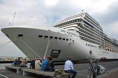 Kryssningskepp på passagerarterminalen Amsterdam Fotografering för Bildbyråer
