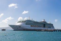 Kryssningskepp på pir i Sunny Port Royaltyfri Fotografi