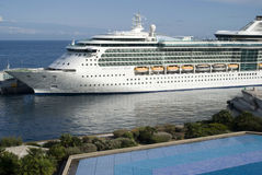 Kryssningskepp på port av Monaco Arkivfoton