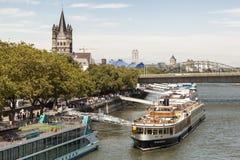 Kryssningskepp på Rhinet River i Cologne, Tyskland arkivfoton