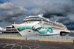 Kryssningskepp på skeppsdockan Royaltyfri Bild