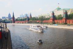 Kryssningskepp seglar på Moskvafloden Royaltyfri Fotografi