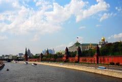 Kryssningskepp seglar på Moskvafloden kremlin moscow panorama Arkivbild