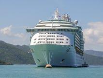 Kryssningskepp som ankras med det lilla fartyget Fotografering för Bildbyråer