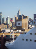 Kryssningskepp som ankras på midtownen Manhattan Royaltyfria Bilder
