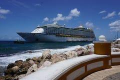 Kryssningskepp som anslutas i Curacao Arkivbild