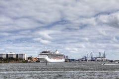 Kryssningskepp som anslutas i den Miami hamnen Arkivbilder
