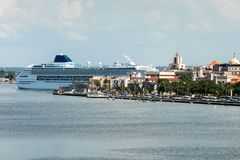 Kryssningskepp som anslutas i Havana Cuba arkivbilder