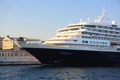 Kryssningskepp som anslutas i Istanbul Royaltyfri Bild