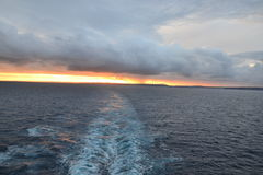 Kryssningskepp som avgår Sydney på skymning Arkivfoto