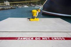 Kryssningskepp som binds för att stålsätta pollaren Arkivfoto