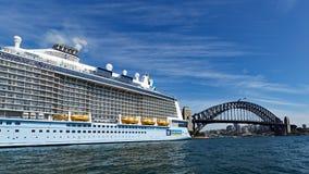 Kryssningskepp som förtöjas i rund kaj, med Sydney Harbour Bridge fotografering för bildbyråer