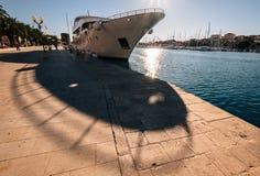 Kryssningskepp som förtöjas i solig hamn Royaltyfria Foton