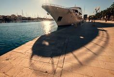 Kryssningskepp som förtöjas i solig hamn Royaltyfria Bilder