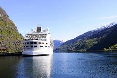 Kryssningskepp som förtöjas på en fjord Arkivbilder
