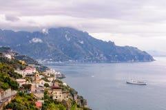 Kryssningskepp som jagas av strom - Amalfi Arkivfoto