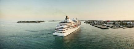 Kryssningskepp som kommer in i port Fotografering för Bildbyråer
