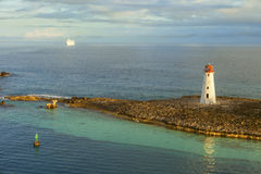 Kryssningskepp som kommer in i port i Bahamas Arkivbild