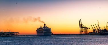 Kryssningskepp som kommer ut ur hamnen Arkivfoto