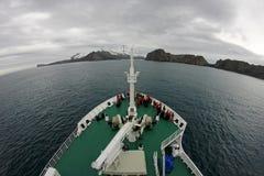 Kryssningskepp som kryssar omkring till bedrägeriön, Antarktis Arkivbild