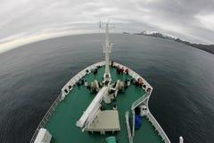 Kryssningskepp som kryssar omkring till bedrägeriön, Antarktis Royaltyfria Bilder