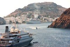 Kryssningskepp som skriver in hamnen av Patmos Arkivfoto