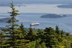 Kryssningskepp som svävar av Maine Coast Cadillac Mountain i Acadianationalparken, Maine Arkivbild