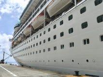 Kryssningskepp utan namn i port Royaltyfria Foton