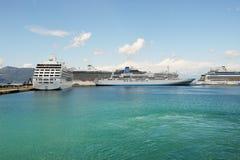 Kryssningskeppen med turister är i hamn Royaltyfri Fotografi
