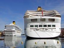 Kryssningskeppen MORGONRODNAD och Costa Magica har förtöjt på den Skagenkaien pir i porten av Stavanger Norge Fotografering för Bildbyråer
