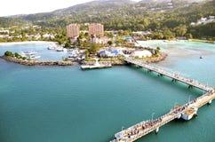 Kryssningskeppet går ombord i Jamaica Royaltyfria Bilder